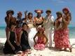 青い空と海、白いビーチと花嫁+赤い花々